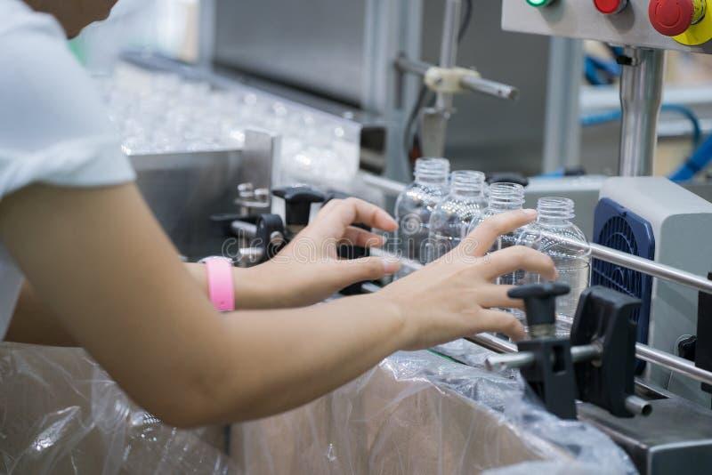 Lavoratore in plastica della bottiglia che fa lavoro a mano in Li di produzione immagini stock libere da diritti