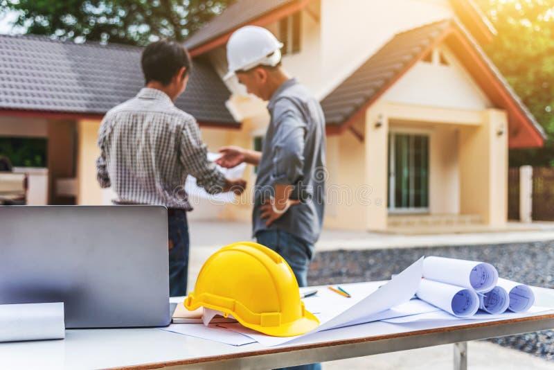 Lavoratore professionista dell'ingegnere dell'uomo di affari due alla costruzione di casa fotografie stock libere da diritti