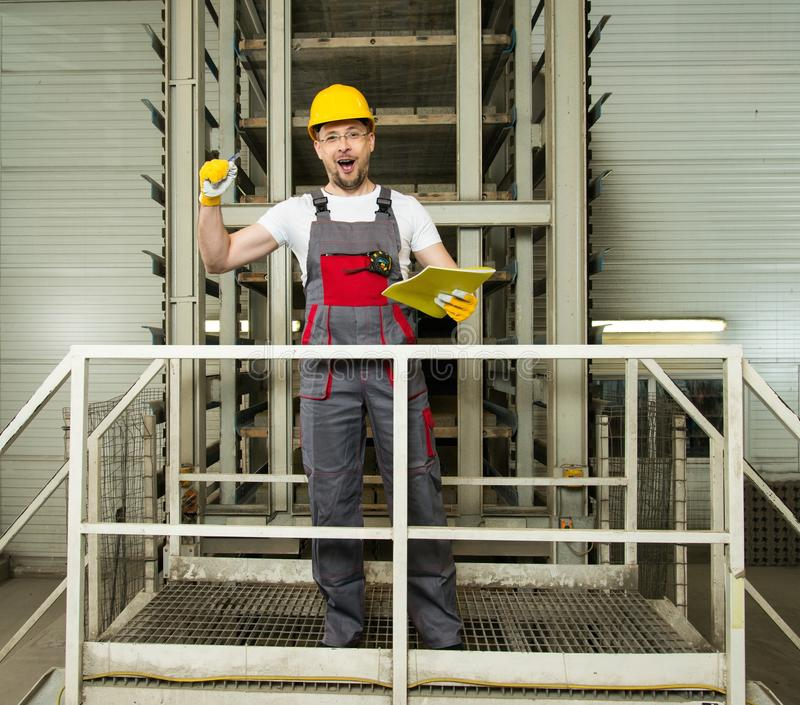 Lavoratore su una fabbrica fotografia stock