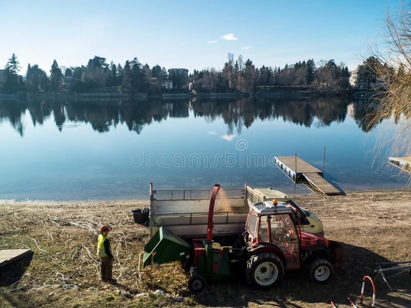Lavoratore sul lavoro lungo il fiume il Ticino nel calende Italia, TR di Sesto fotografia stock
