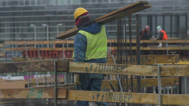 Lavoratore sulla costruzione stock footage