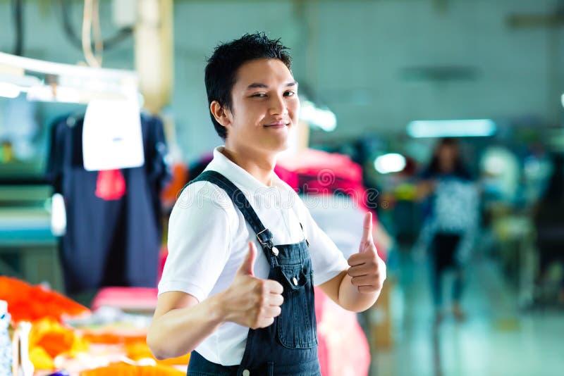 Lavoratore in una fabbrica cinese dell'indumento fotografia stock libera da diritti