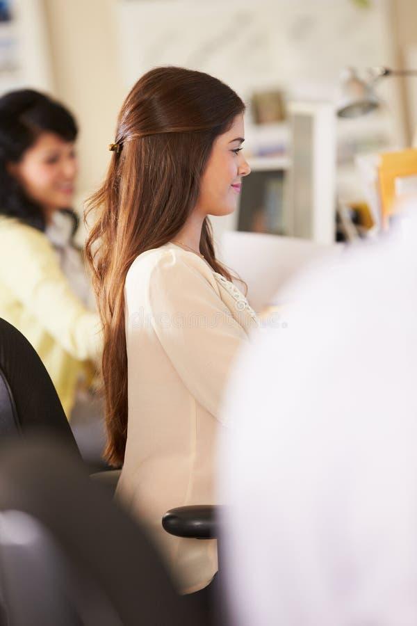 Lavoratori agli scrittori in ufficio creativo occupato immagini stock
