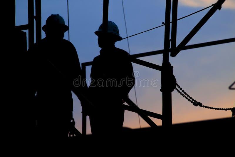 Lavoratori all'impianto di perforazione fotografie stock libere da diritti