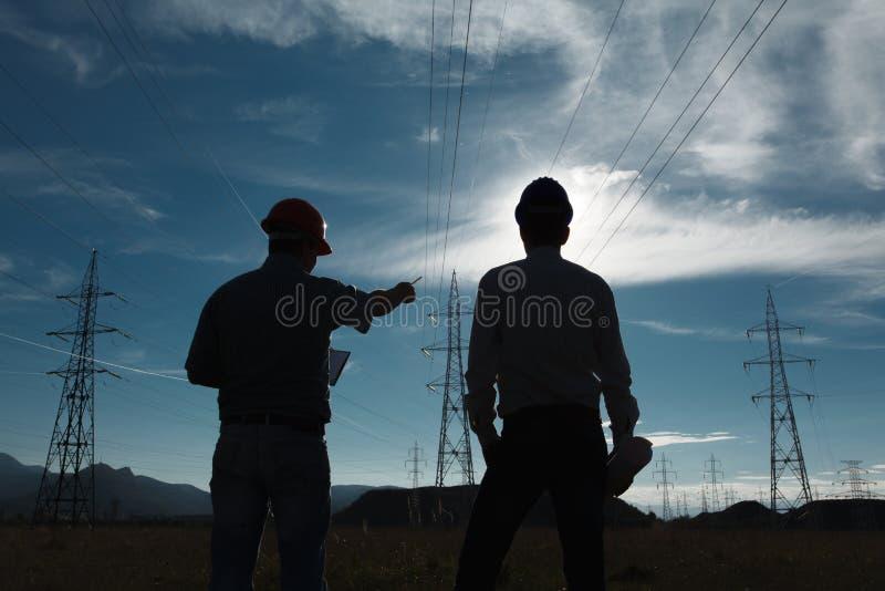 Lavoratori alla stazione di elettricità fotografie stock libere da diritti