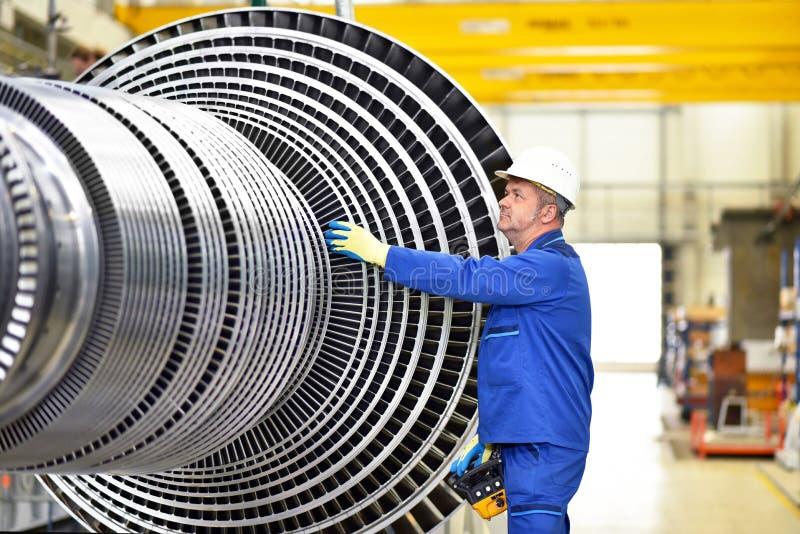 Lavoratori che fabbricano le turbine a vapore in una fabbrica industriale fotografia stock libera da diritti