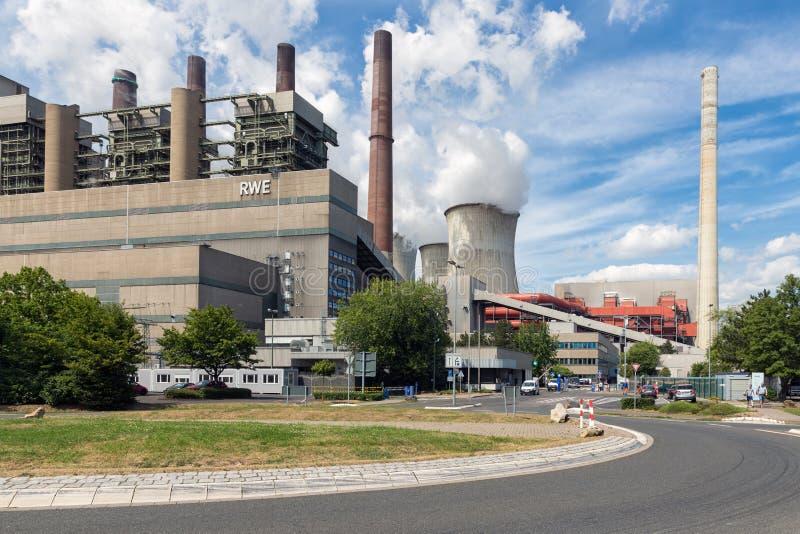 Lavoratori che lasciano centrale termica alimentata a carbone Frimmersdorf del portone di fabbrica in Germania immagini stock libere da diritti