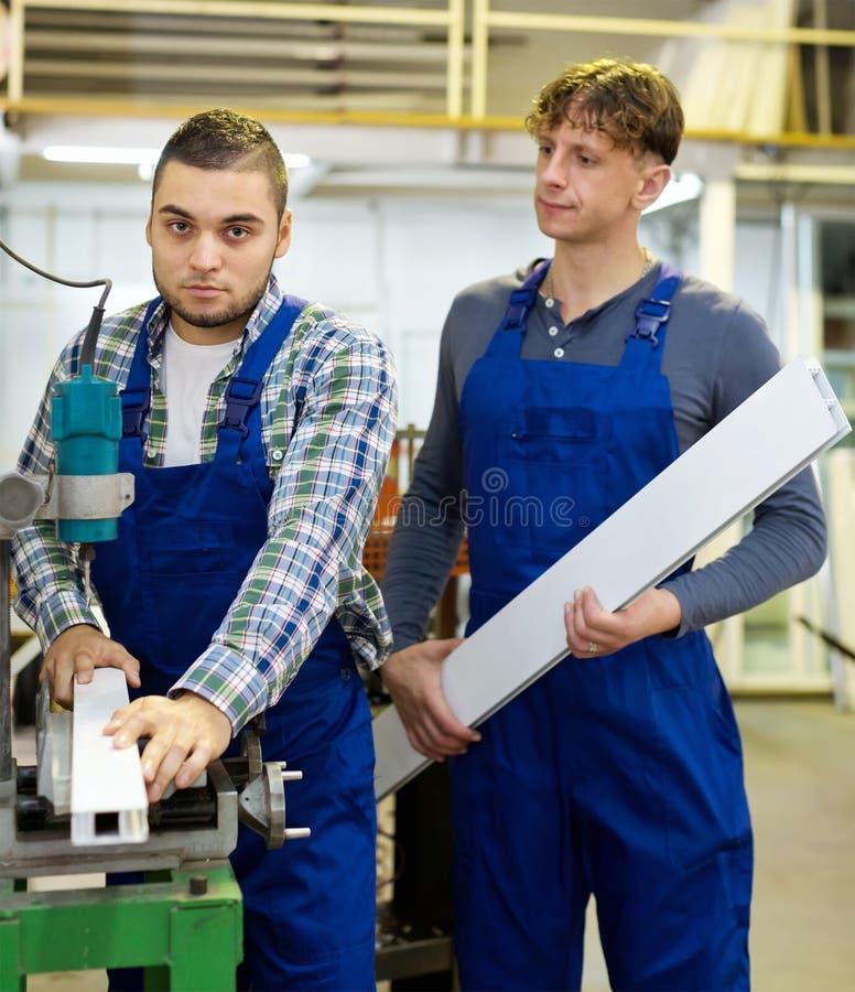 Download Lavoratori Che Tagliano I Profili Della Finestra Fotografia Stock - Immagine di laminatoio, operatore: 56879084