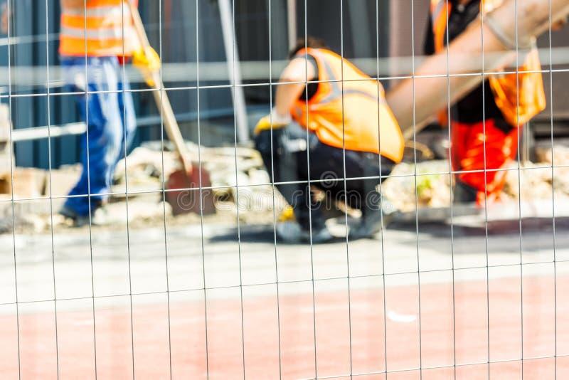 Lavoratori conzept su una costruzione di strade, su un'industria e su lavoro di lavoro di squadra fotografia stock libera da diritti