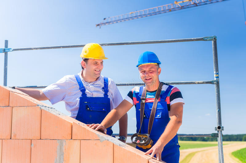 Lavoratori del cantiere che costruiscono casa con la gru for Costruttore di casa gratuito