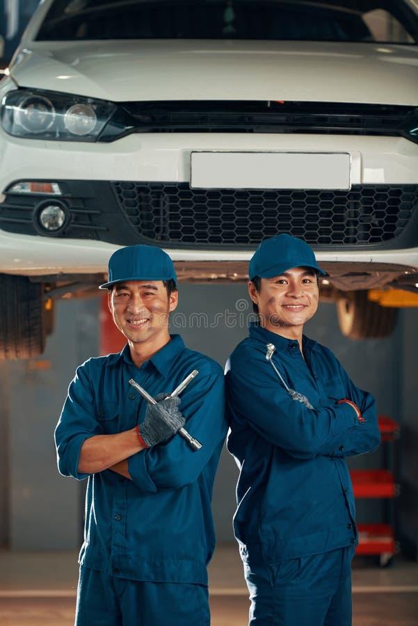 Lavoratori del garage fotografia stock