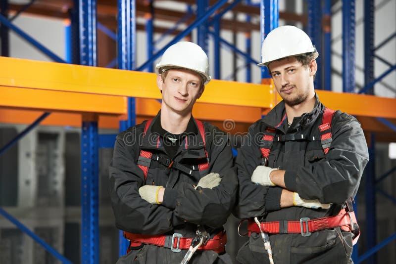 Lavoratori del personale dell'installazione del magazzino immagini stock