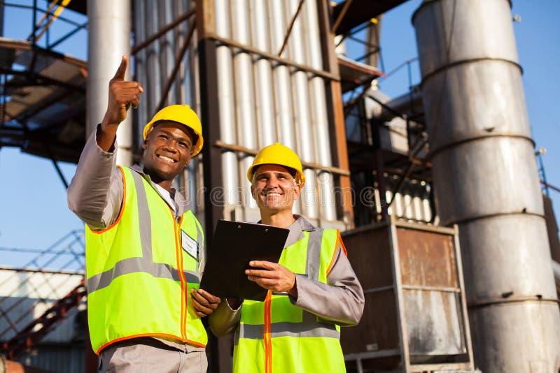 Lavoratori del prodotto chimico del combustibile immagini stock libere da diritti