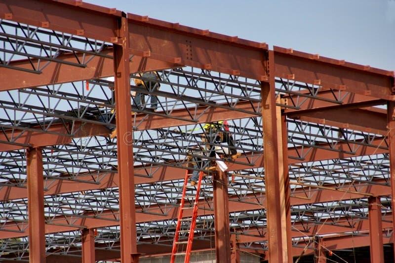 Lavoratori dell'industria siderurgica su un sito di lavoro della costruzione fotografia stock