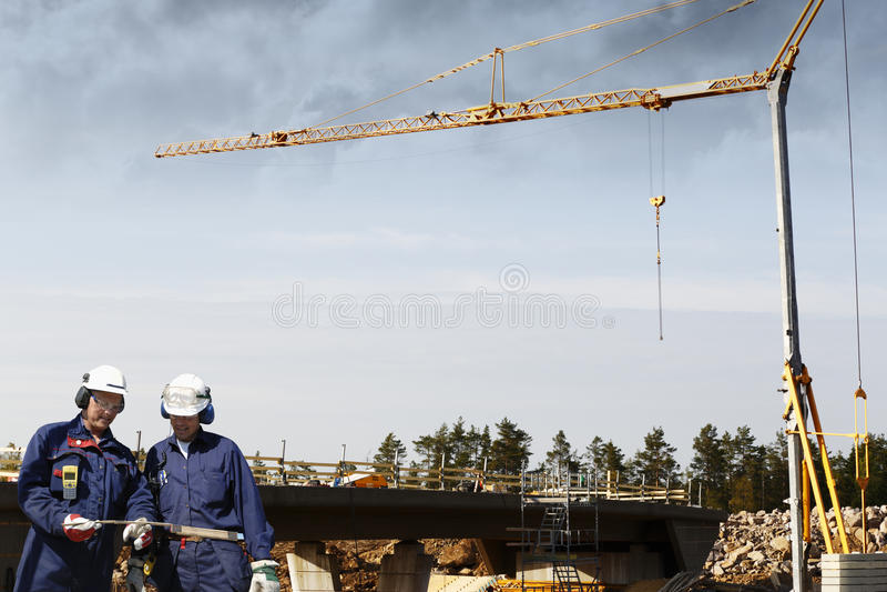Lavoratori della costruzione e costruzione di ponte fotografia stock libera da diritti