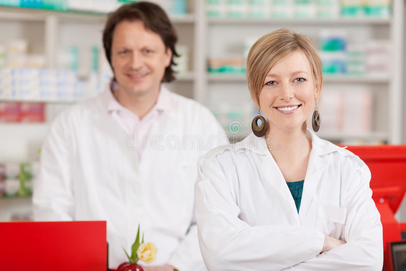 Lavoratori di Co in una farmacia immagini stock libere da diritti