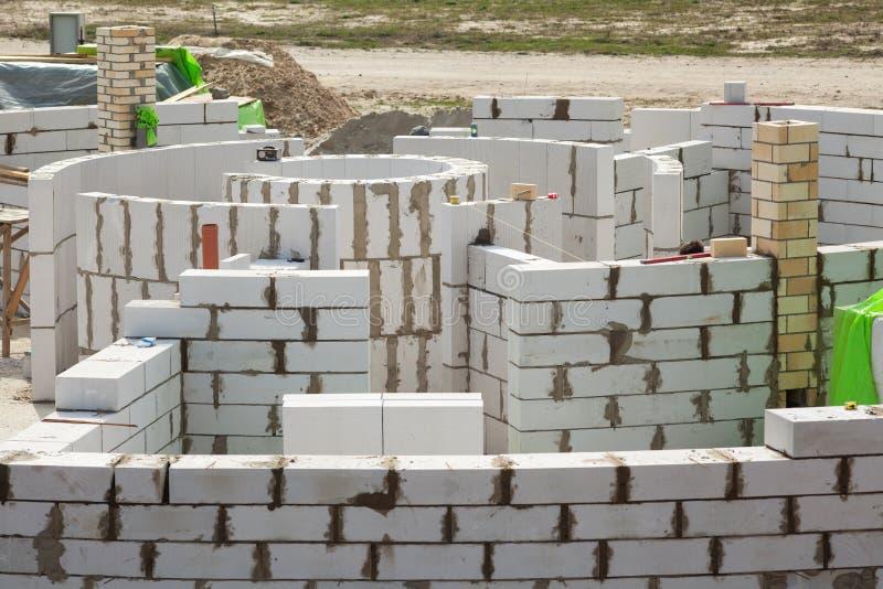 Lavoratori di Constraction che costruiscono un roundhouse con i blocchi in calcestruzzo sterilizzati nell'autoclave aerati fotografie stock libere da diritti