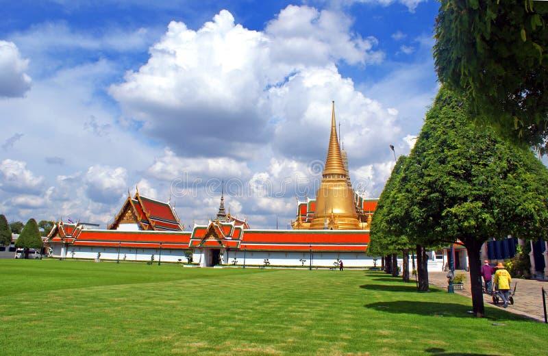 Lavoratori di locali in Royal Palace a Bangkok fotografia stock