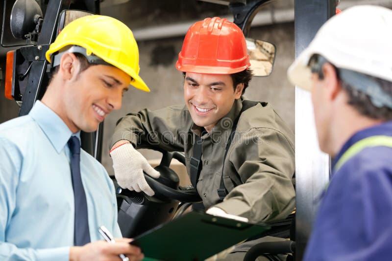 Lavoratori e supervisori al magazzino immagini stock