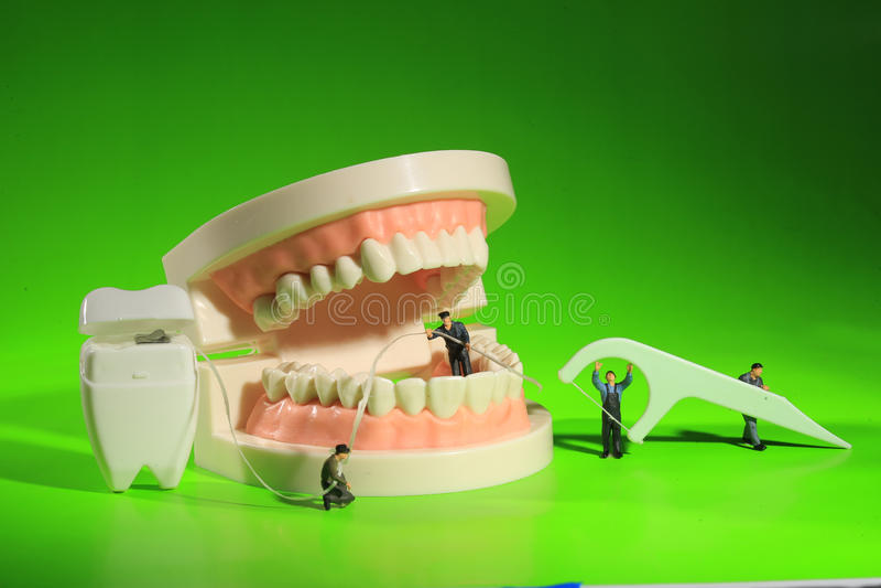 Lavoratori miniatura che eseguono le procedure dentarie Ufficio dentario AR immagini stock libere da diritti