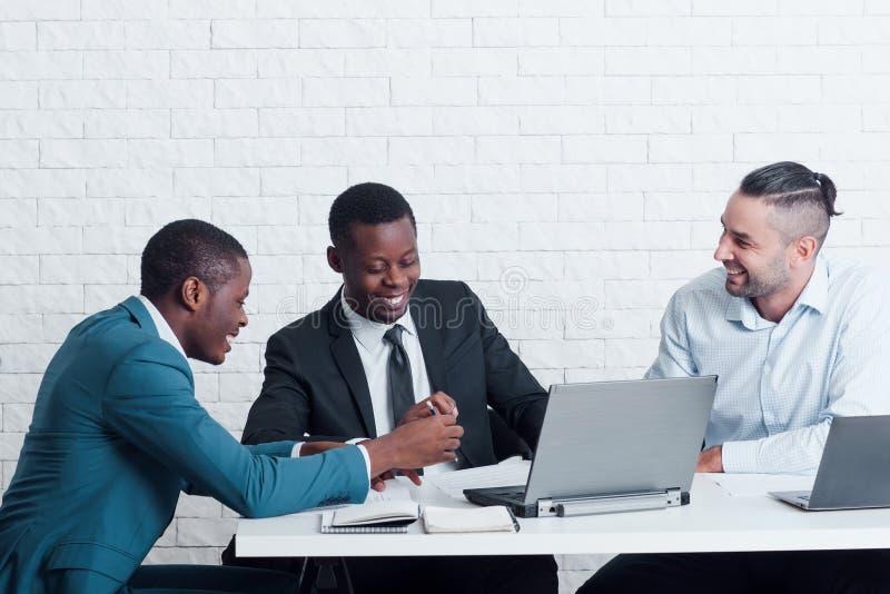 Lavoratori pigri che chiacchierano nell'ufficio Cattiva disciplina immagini stock libere da diritti