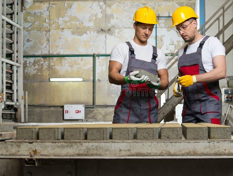 Lavoratori su una fabbrica immagine stock libera da diritti