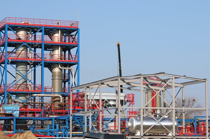 Lavoratori sul cantiere della centrale petrolchimica immagini stock libere da diritti