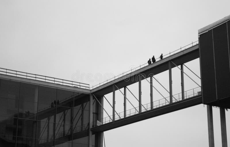 Lavoratori sul ponte fra le costruzioni a Berlino immagine stock libera da diritti
