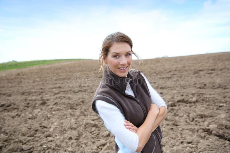 Lavoratrice agricola che sta nei campi immagine stock libera da diritti