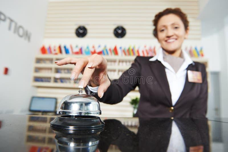 Lavoratrice dell'hotel al ricevimento fotografia stock libera da diritti