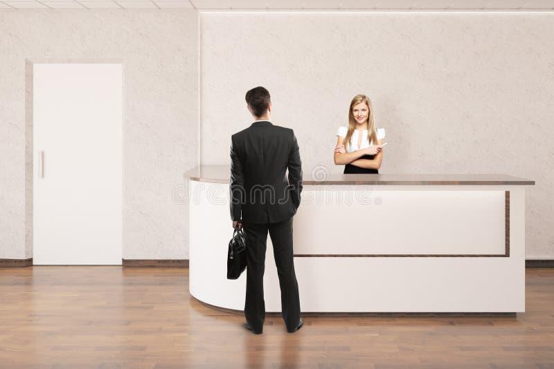 Lavoratrice e cliente alla ricezione fotografia stock libera da diritti