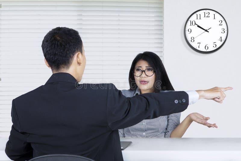 Lavoratrice rifiutata dal reclutatore di lavoro immagini stock libere da diritti