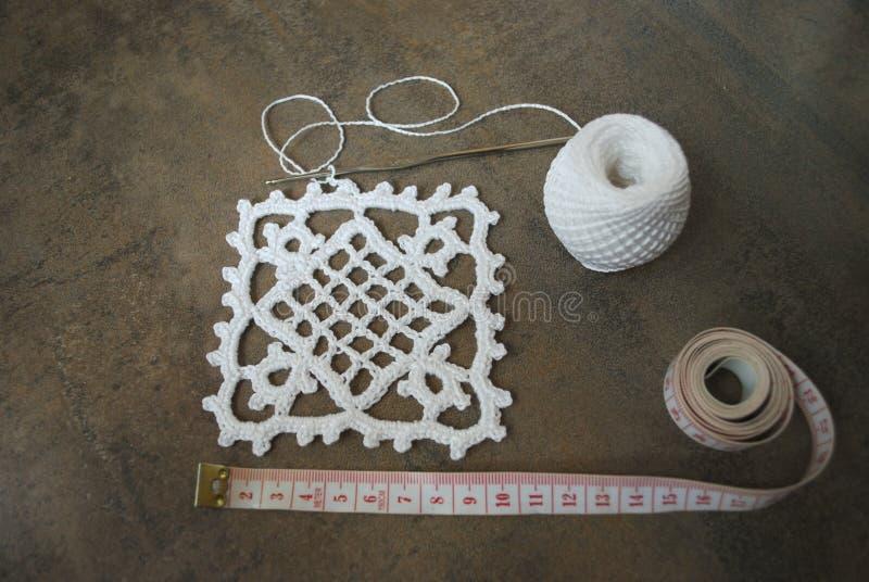 Lavori all'uncinetto il campione per la tovaglia o il tovagliolo con il metro immagine stock