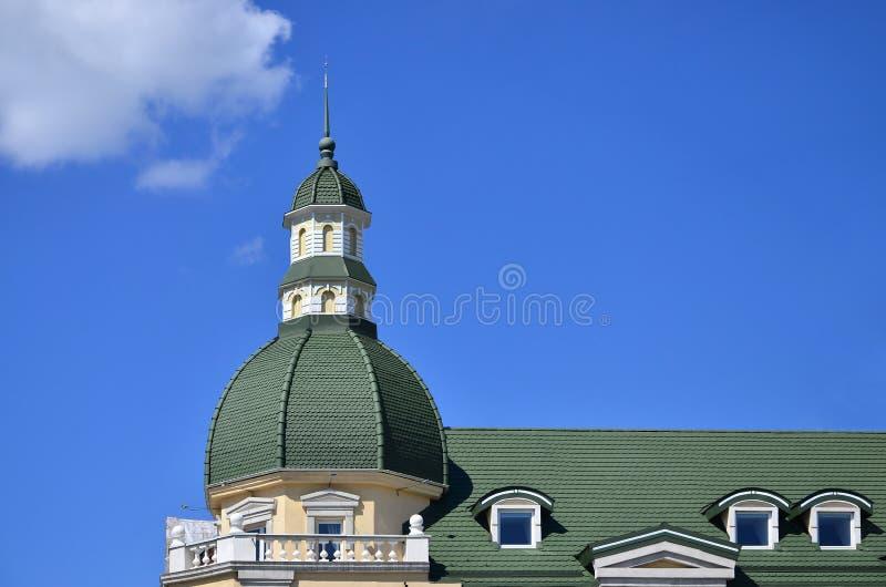 Lavori di alta qualità perfetti ultimati del tetto dal tetto del metallo La cupola di una forma polyhedral con una guglia è coper immagini stock