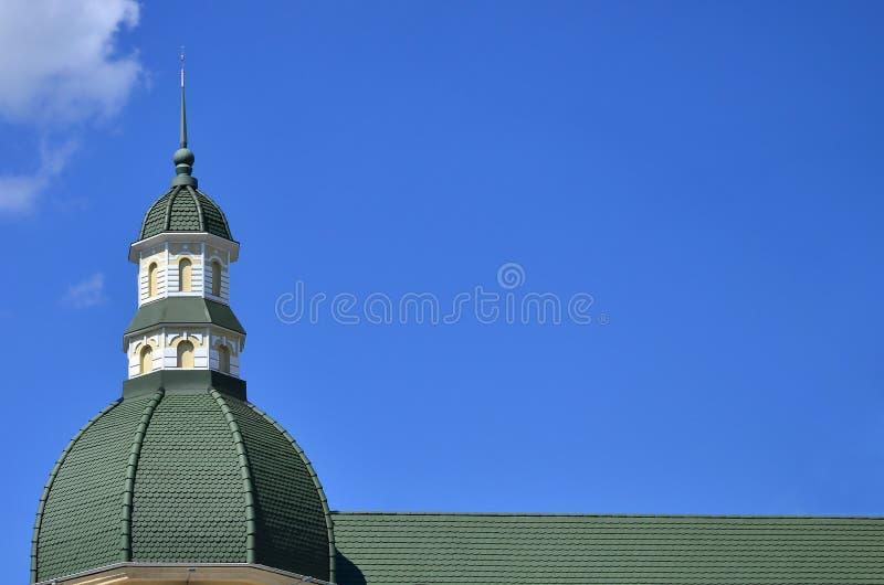 Lavori di alta qualità perfetti ultimati del tetto dal tetto del metallo La cupola di una forma polyhedral con una guglia è coper fotografia stock libera da diritti