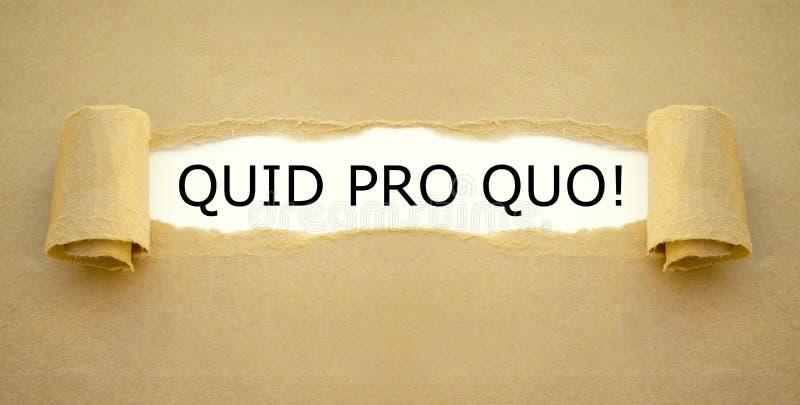Lavori di carta bruna con la frase latina Quid pro Quo che significa 'dare e prendere' immagini stock libere da diritti
