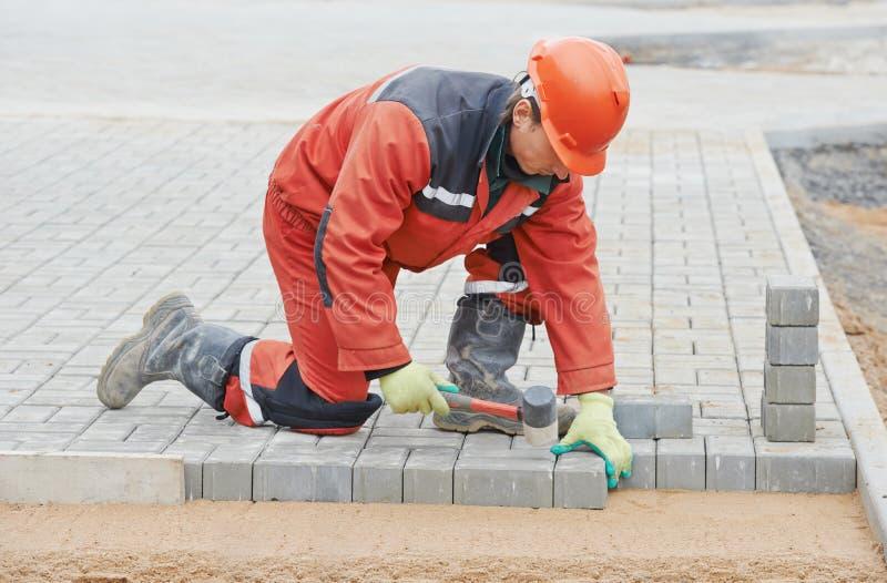 Lavori di costruzione della pavimentazione del marciapiede fotografie stock libere da diritti