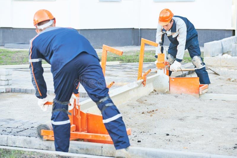 Lavori di costruzione pedonali della pavimentazione del marciapiede fotografia stock libera da diritti