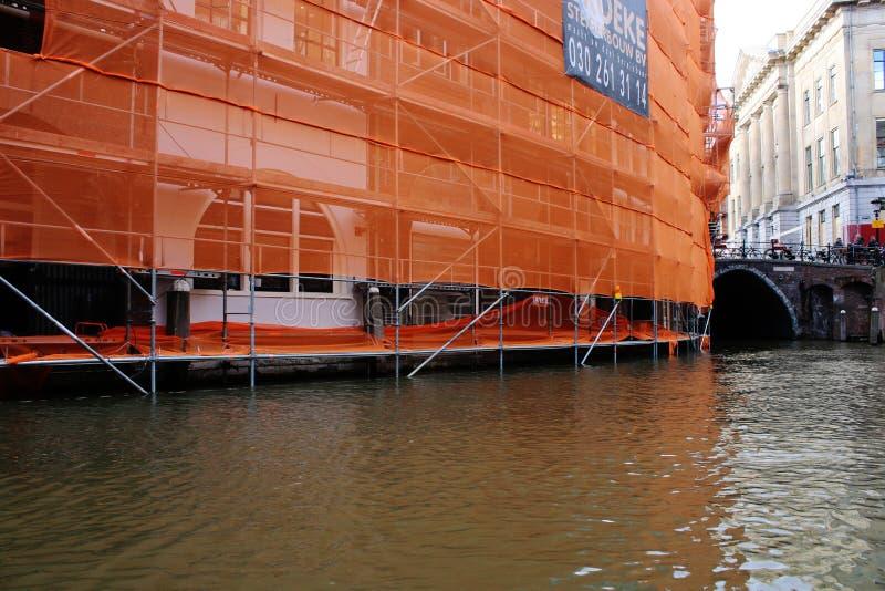 Lavori di costruzione sopra il canale, imballato in arancia fotografia stock libera da diritti