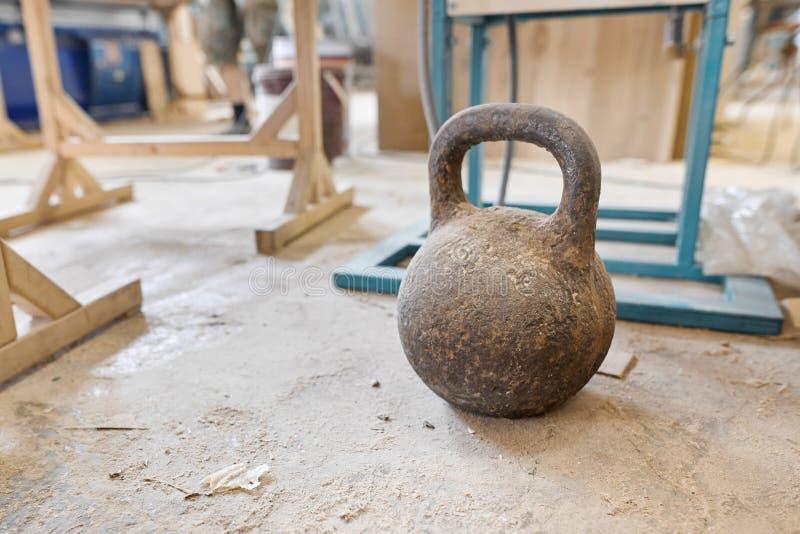 Lavori di legno di falegnameria, pressa a mano pesante per la chiusura sul pavimento fotografie stock libere da diritti