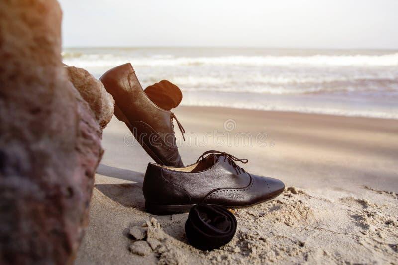 Lavori il concetto dell'equilibrio di vita, uomo d'affari decollano il suo Oxfo di lavoro fotografia stock