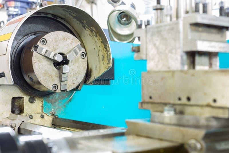 Lavori la macchina al tornio per il lavoro di taglio ed il lavoro finito immagine stock libera da diritti