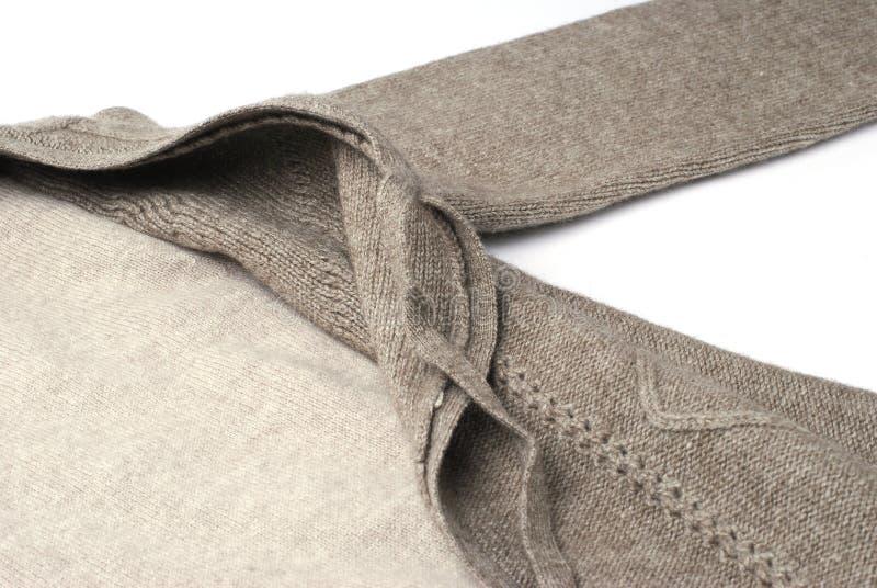 Lavori o indumenti a maglia cachi caldi del pullover del cashmere fotografia stock libera da diritti