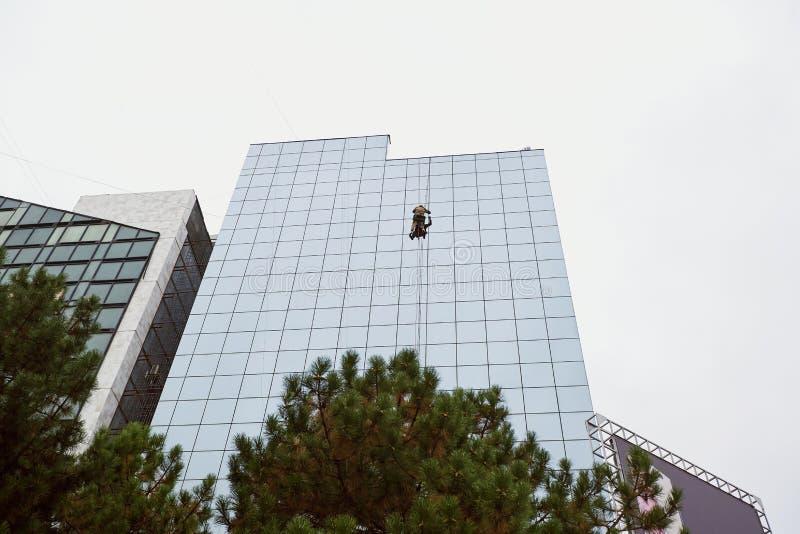 Lavoro ad alta altitudine sui grattacieli degli edifici alti immagine stock libera da diritti