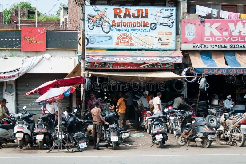 Lavoro caotico di servizio di riparazione della motocicletta, India immagini stock libere da diritti
