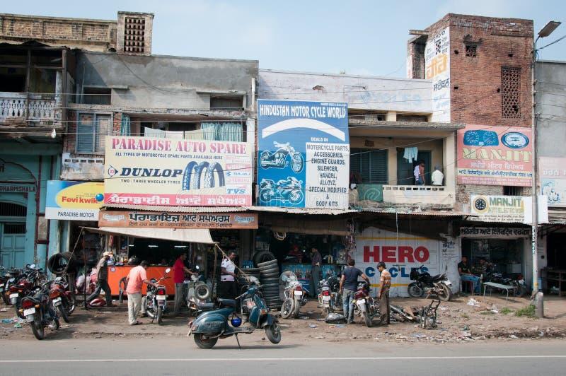 Lavoro caotico di servizio di riparazione della motocicletta, India fotografia stock libera da diritti