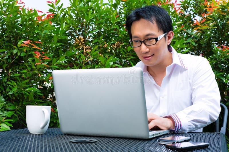 Lavoro cinese dell'uomo d'affari all'aperto fotografie stock