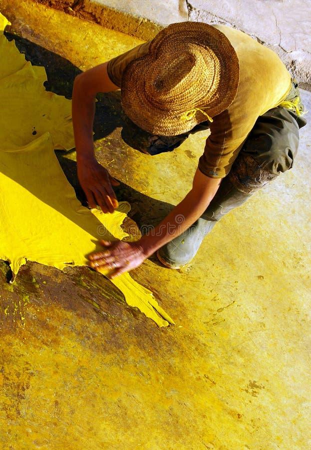 Lavoro con cuoio e la tintura gialla fotografia stock