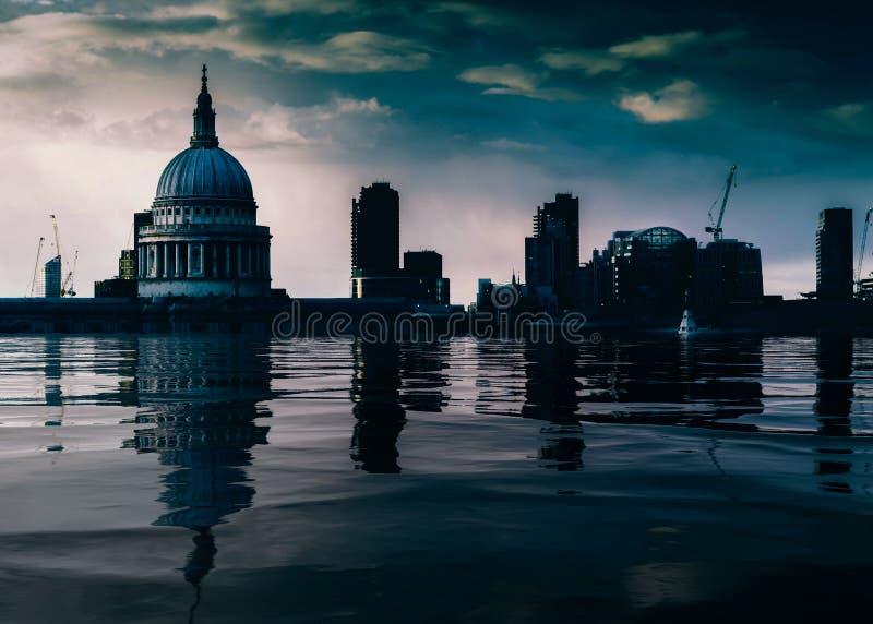 Lavoro concettuale di manipolazione di Digital del Tamigi sommerso con l'orizzonte della cattedrale e della città di St Paul, Lon immagine stock libera da diritti