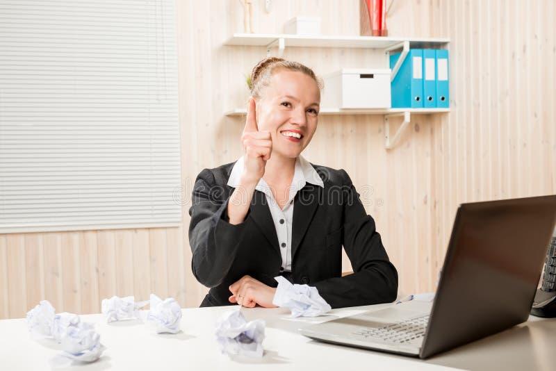Lavoro creativo nell'ufficio Donna di affari con carta sgualcita immagini stock libere da diritti